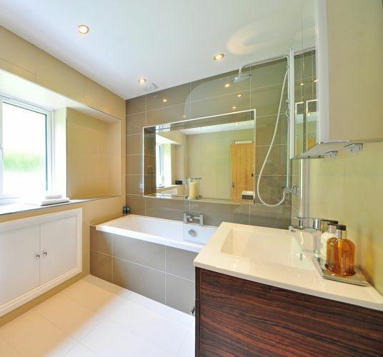 Glastrennwände in modernen Badezimmern